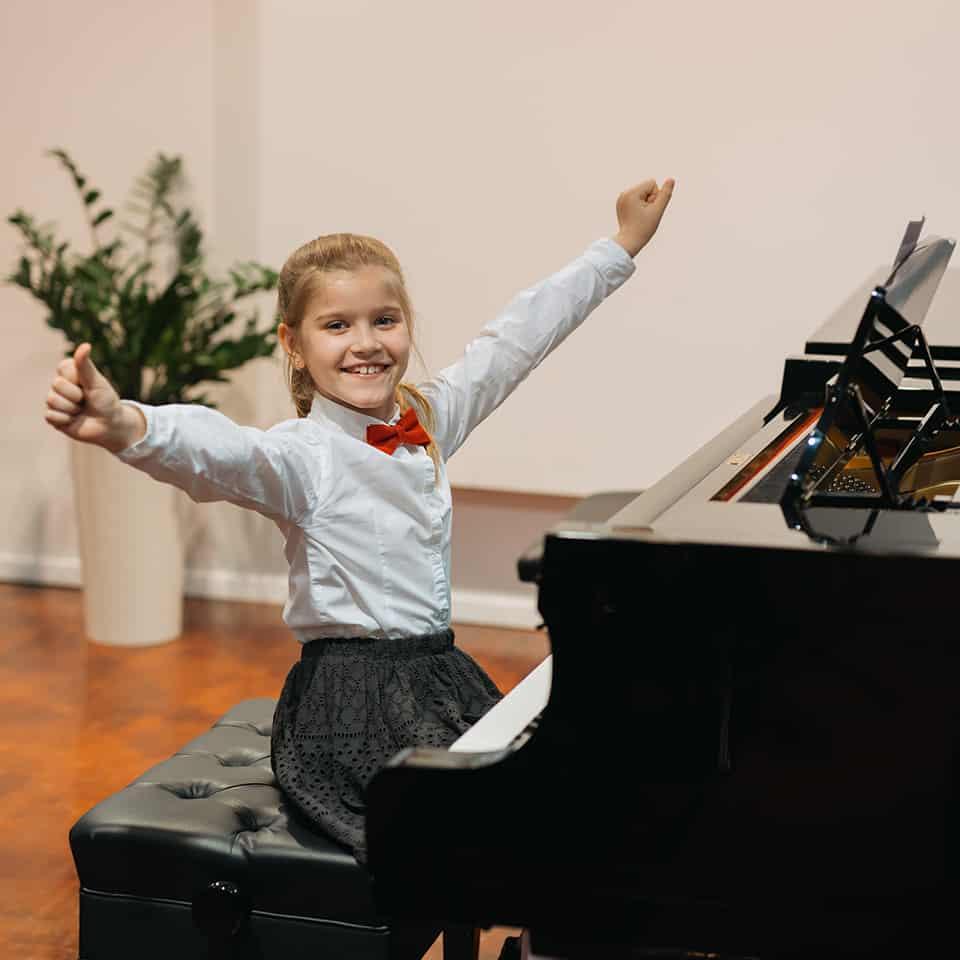 Mädchen beim Klavierunterricht in München